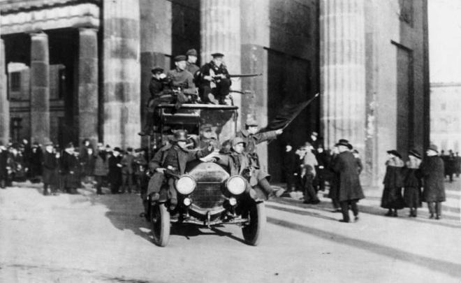Bundesarchiv_Bild_183-B0527-0001-810,_Berlin,_Brandenburger_Tor,_Novemberrevolution