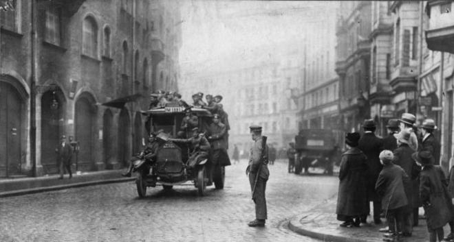 2 Revolutionäre Soldaten auf einer Patrouillenfahrt in München