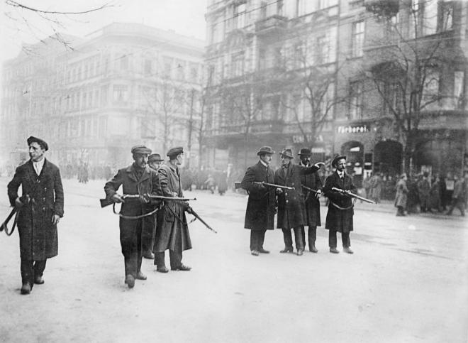 3 Spartakisten besetzen die Strasse