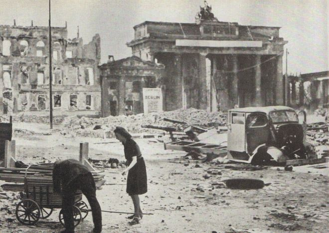 1945BrandenburgerTor