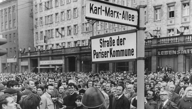 Bundesarchiv_Bild_183-K0408-0301-001,_Berlin,_Namensgebung_Straße_der_Pariser_Kommune